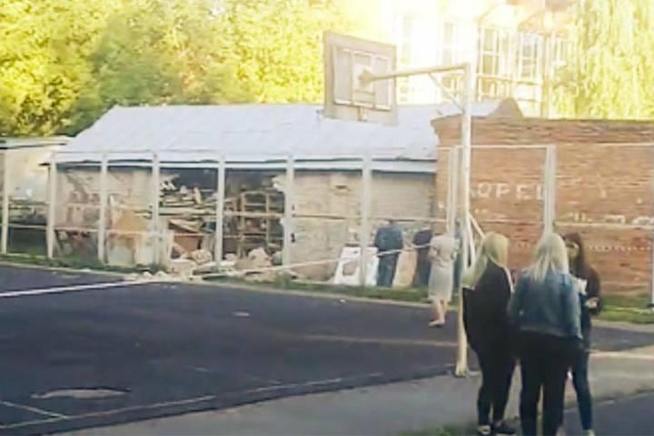 Нашкольника вСмоленске рухнула кирпичная стена