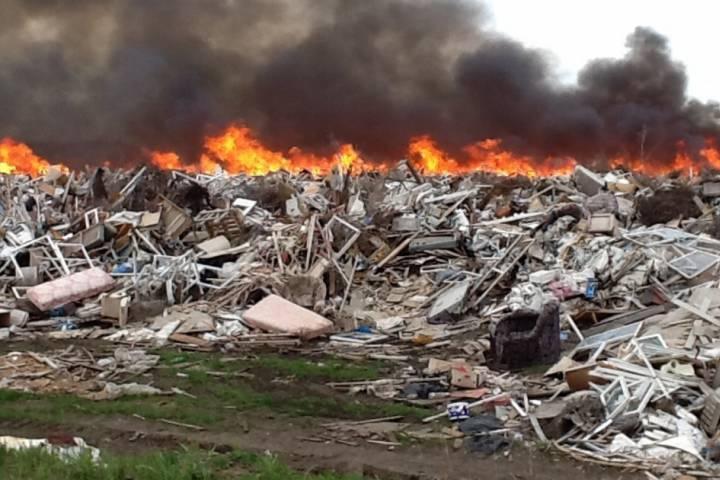 ВЛениногорском районе полыхает мусорный полигон
