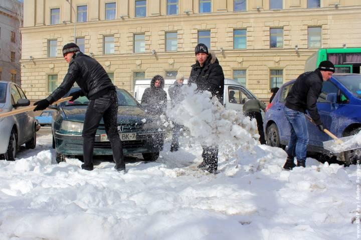 Неменее 6 тыс. коммунальщиков устраняют последствия снегопада наподмосковных дорогах